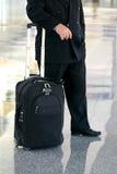 Bedrijfs mens die zich in de luchthaven bevindt royalty-vrije stock fotografie