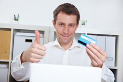 Bedrijfs mens met creditcard Stock Afbeeldingen