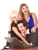 Bedrijfs mens met laptop en meisje in bureau. Stock Afbeeldingen