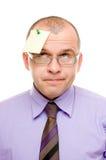 Bedrijfs mens met nota die op zijn hoofd wordt gespeld Stock Fotografie