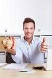 Bedrijfs mens met spaarvarken Royalty-vrije Stock Afbeeldingen