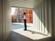Bedrijfs mens met verschepende containers Stock Fotografie
