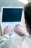 Bedrijfs mens met witte laptop Royalty-vrije Stock Afbeeldingen