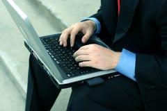 Bedrijfs mens op de computer stock foto's