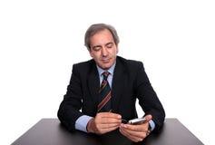 Bedrijfs mens op een bureau stock fotografie