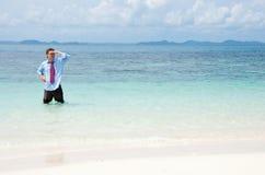 Bedrijfs mens op het strand Stock Fotografie