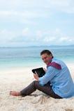 Bedrijfs mens op het strand met tabletcomputer royalty-vrije stock foto