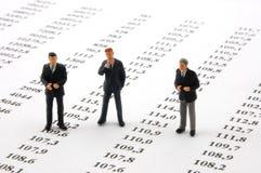 Bedrijfs mens over economische grafiek royalty-vrije stock foto's