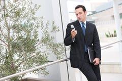 Bedrijfs Mens Texting stock afbeelding