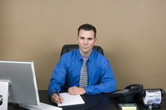 Bedrijfs mens in zijn bureau royalty-vrije stock foto