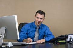 Bedrijfs mens in zijn bureau Stock Foto's