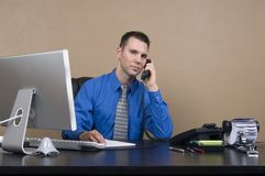 Bedrijfs mens in zijn bureau royalty-vrije stock afbeelding