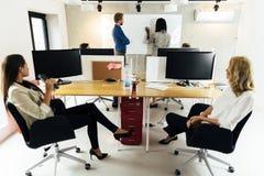 Bedrijfs mensen bij seminarie Stock Fotografie