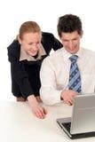 Bedrijfs mensen die aan laptop computer werken Stock Fotografie