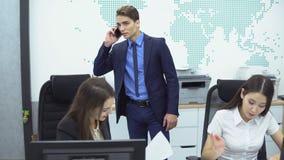 Bedrijfs Mensen die in Bureau werken stock videobeelden