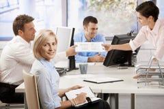 Bedrijfs mensen die in bureau werken Stock Foto