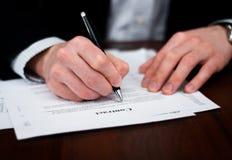 Bedrijfs mensen die contract op lijst invullen. Stock Afbeelding