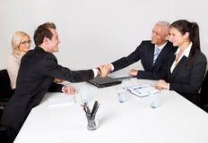 Bedrijfs mensen die de overeenkomst sluiten Stock Afbeelding