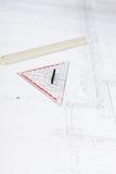 Bedrijfs mensen die de schets van het architectuurplan bespreken royalty-vrije stock afbeeldingen