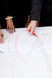 Bedrijfs mensen die de schets van het architectuurplan bespreken stock afbeeldingen