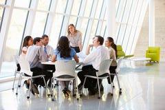 Bedrijfs Mensen die de Vergadering van de Raad in Modern Bureau hebben Stock Foto's