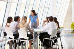 Bedrijfs Mensen die de Vergadering van de Raad in Modern Bureau hebben Stock Fotografie