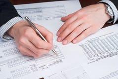 Bedrijfs mensen die documenten op een bureau ondertekenen. Stock Afbeelding