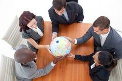 Bedrijfs mensen die een bol houden Stock Foto