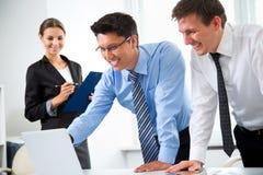 Bedrijfs mensen die in een bureau werken stock fotografie