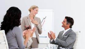 Bedrijfs mensen die een goede presentatie toejuichen Stock Foto