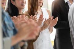 Bedrijfs mensen die in een vergadering toejuichen stock foto