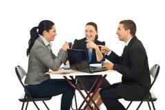 Bedrijfs mensen die grappig gesprek hebben stock fotografie