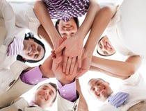 Bedrijfs mensen die handen samen houden Stock Afbeeldingen