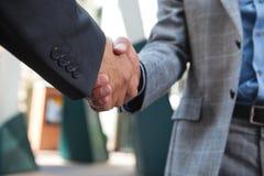 Bedrijfs mensen die handen schudden royalty-vrije stock afbeelding