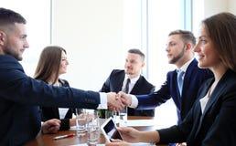 Bedrijfs Mensen die Handen schudden stock foto's