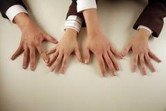 Bedrijfs mensen die handen vergelijken stock afbeeldingen
