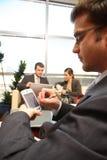 Bedrijfs mensen die in het bureau werken Royalty-vrije Stock Afbeelding