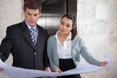 Bedrijfs mensen die het Businessplan van herzien Stock Afbeelding