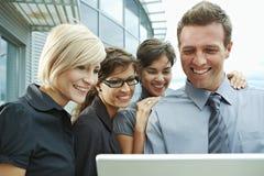 Bedrijfs mensen die laptop bekijken royalty-vrije stock foto's