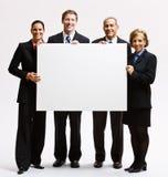 Bedrijfs mensen die leeg document houden royalty-vrije stock afbeeldingen