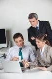 Bedrijfs mensen die met laptop werken Stock Foto