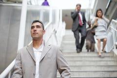 Bedrijfs mensen die onderaan de treden lopen royalty-vrije stock fotografie