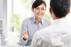Bedrijfs mensen die op commerciële vergadering spreken Royalty-vrije Stock Fotografie