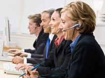 Bedrijfs mensen die op hoofdtelefoons spreken Royalty-vrije Stock Fotografie