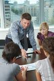 Bedrijfs mensen die op kantoor samenkomen Stock Foto