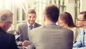 Bedrijfs mensen die op kantoor samenkomen royalty-vrije stock afbeelding