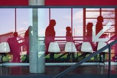 Bedrijfs mensen die op roltrap lopen royalty-vrije stock afbeelding