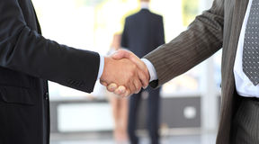 Bedrijfs mensen die overeenkomst sluiten. handdruk stock foto
