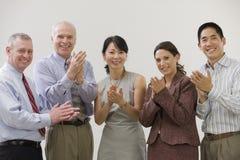 Bedrijfs mensen die succes toejuichen. Stock Foto