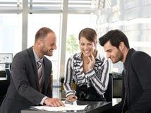 Bedrijfs mensen die in team werken Stock Foto's